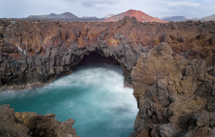 Brandungshöhle und Vulkankrater auf Lanzarote
