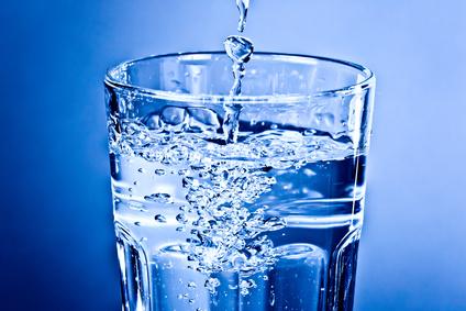 Sauberes klares Wasser im Glas - Momentaufnahme